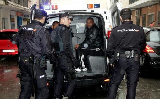 La Policía Nacional, competentes en la incoacción de expedientes de expulsión, se encuentra con muchos problemas burocráticos, económicos y de voluntad judicial a la hora de poder expulsar a extranjeros que se encuentran en situación ilegal en el país.