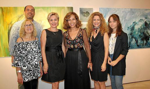 Aina Lluna, Chicho Monserrat, Raixa Quesada, Pilar García, Concha Lozano y Alejandra Juárez, ante la obra de Chicho.