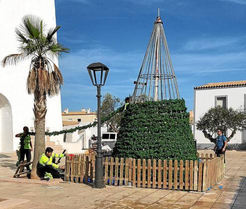 Operarios del Consell de Formentera, ayer, a primera hora montando el árbol de Navidad.