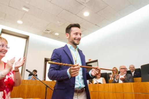 Imagen de archivo de Rafa Ruiz sosteniendo la vara que le acreditó, en junio de 2015, como alcalde de Vila.