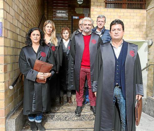 Los letrados de Ibiza se concentraron ante la sede del Colegio de Abogados de las Illes Balears y en la entrada de los juzgados de Ibiza.