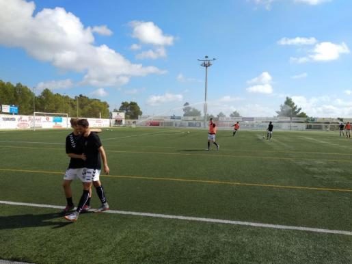 Imagen de los jugadores de la Peña el pasado 13 de octubre en el campo de fútbol tras suspenderse el encuentro contra el Menorca.