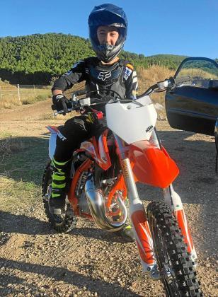 Elías Escandell posa sobre su nueva moto KTM de 85 centímetros cúbicos.