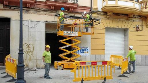 Varios operarios trabajando en el futuro local de la conocida marca de Inditex.