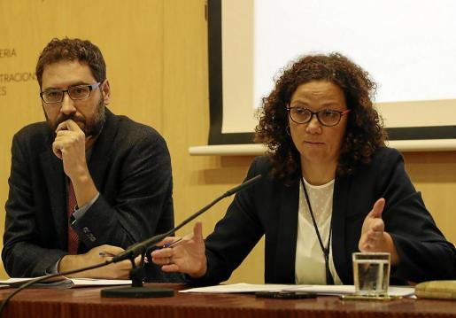 El director general de Pressuposts, Joan Carrió, y la consellera d'Hisenda, Catalina Cladera.