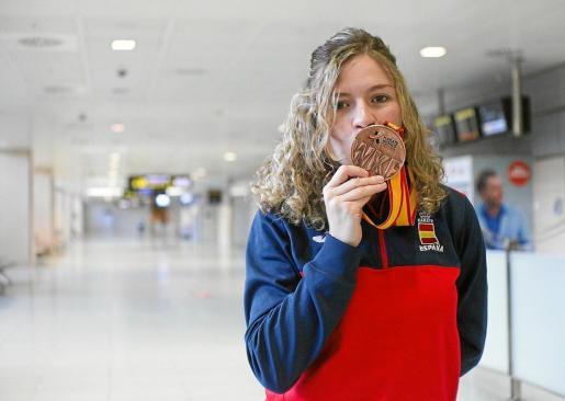 Le roban la medalla de bronce del Mundial a la karateka Cristina Ferrer.