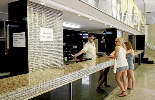 Imagen de archivo de unos turistas en la recepción de un hotel de Ibiza.