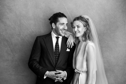 Fotografía, remitida por los contrayentes, de Marta Ortega y Carlos Torretta, durante la ceremonia en la que han contraído matrimonio este viernes en el domicilio familiar de A Coruña, en Galicia.