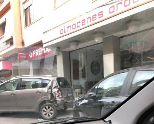Imagen de varios vehículos dañados en la calle Aragón de Ibiza una vez la conductora perdió el control de su coche.