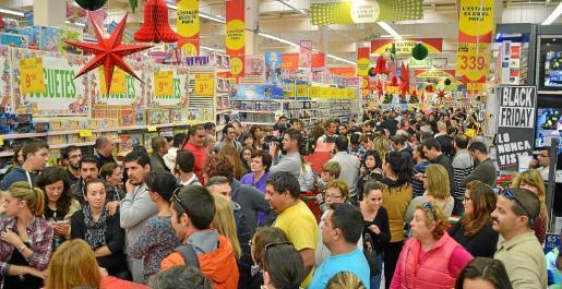 Los ciudadanos llenas los establecimientos comerciales en busca de las mejores ofertas con motivo del Black Friday, que se celebra este viernes.