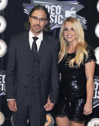 Fotografía de archivo tomada el 28 de agosto de 2011 que muestra a la cantante estadounidensa Britney Spears (dcha) y a su novio Jason Trawick (izda) en la entrega de premios de la MTV en Los Ángeles (Estados Unidos).
