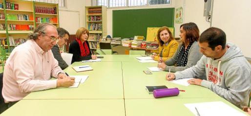 El equipo de la Conselleria d'Educació se reunió ayer con la dirección del centro de infantil y Primaria de Sant Jordi.