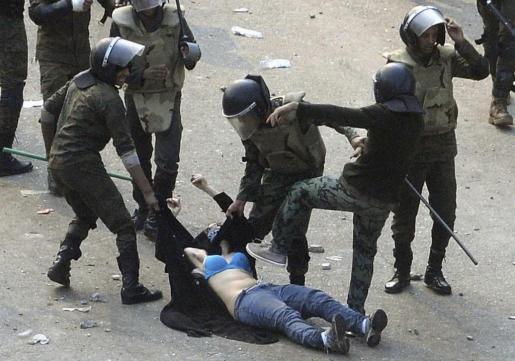 Soldados egipcios arrestan a una mujer que se manifestaba en la plaza Tahrir de El Cairo.