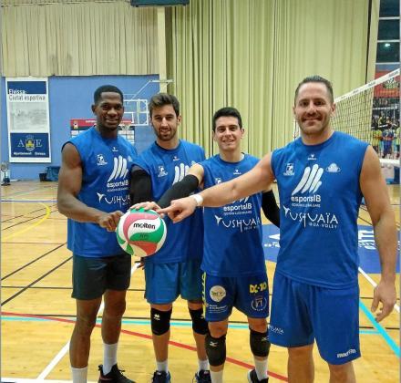 Tapia, Juanmi, Paquillo Fernández y Germán Galdón posan en el polideportivo de es Viver durante el entrenamiento.