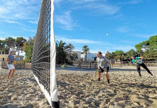 La playa de Cala Llonga acogió el evento, que reunió alrededor de 60 jugadores entre todas las categorías.
