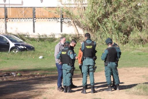 Un grupo de agentes de la USECICO de la Guardia Civil en uno de los puntos que fue examinado ayer.
