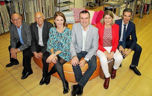 Joaquín Molina, Conce Díaz-Toledo, Ana Toledo, Jorge Toledo, Gracia de Olives y Miguel Reus, en una de las camas balinesas de fabricación propia.