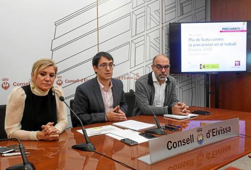 La consellera Marta Díaz, el conseller Iago Negueruela y el director del SOIB, Pere Torrens, en rueda de prensa.