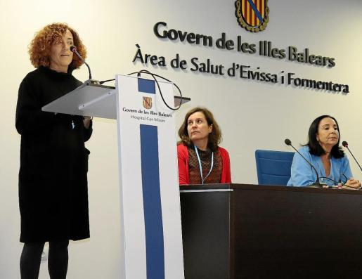 La ganadora del primer premio, Mercedes Pérez, ayer durante el acto de entrega ante Carmen Santos y Paz Merino.