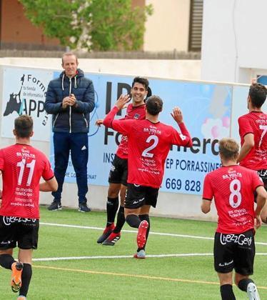 Víctor Ruiz celebra el primer gol del Formentera en el partido contra el Sóller.