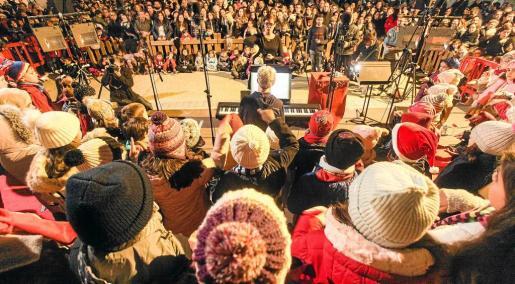 Centenares de personas se acercaron frente al árbol para ver el encedido de luces, el discurso del alcalde y el sonido angelical de las voces del coro infantil del Patronato de Música.
