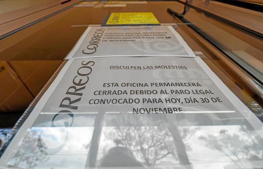 Cartel que anunciaba ayer la huelga en la oficina de Correos de Sant Jordi.