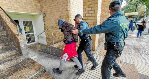 Imagen del traslado de uno de los cinco detenidos al juzgado de Ibiza para prestar declaración ante la juez de guardia.