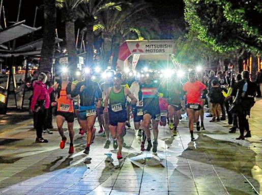 Sobre estas líneas, diferentes imágenes de la salida de los 10 kilómetros nocturnos disputados ayer en Sant Antoni.