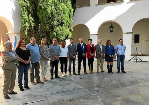 Representantes de Govern, Consell y Ayuntamiento de Vila tras el acuerdo de la iniciativa.