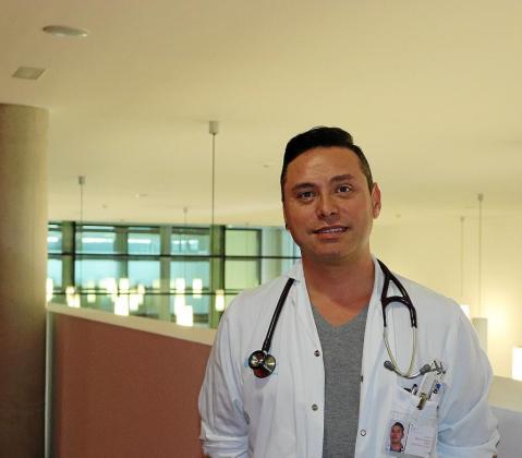 El médico Roberto Oropesa, en el hospital Can Misses.