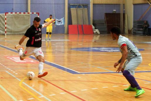 Careca, del Harinus Ibiza Futsal, se dispone a ejecutar un disparo a puerta ante la oposición de Correa, del San Pablo.