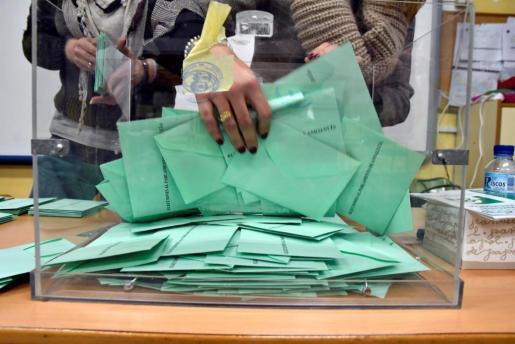 Recogen papeletas de una de las urnas del colegio electoral de Ciavieja, en el municipio almeriense de El Ejido, tras su cierre a las 20.00 horas.