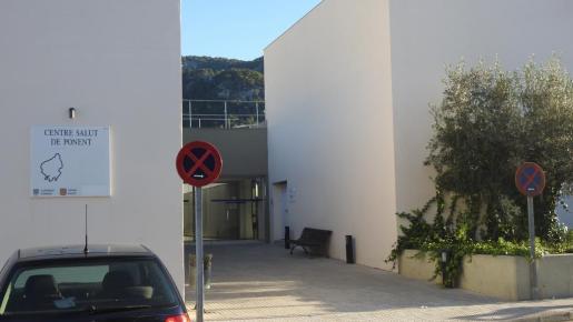 Entrada del centro de salud de Andratx al que llegó el bebé tras caer por las escaleras.