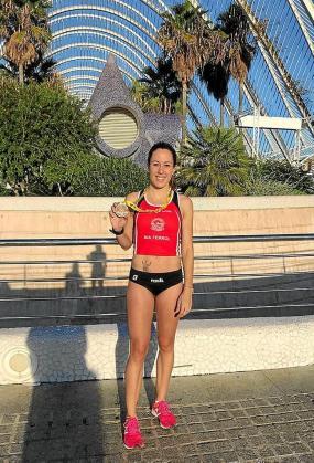 Atteneri Tur luce orgullosa su medalla de 'finisher' en Valencia.