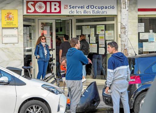Dos jóvenes dialogan en la entrada de la oficina del SOIB durante la mañana de ayer.