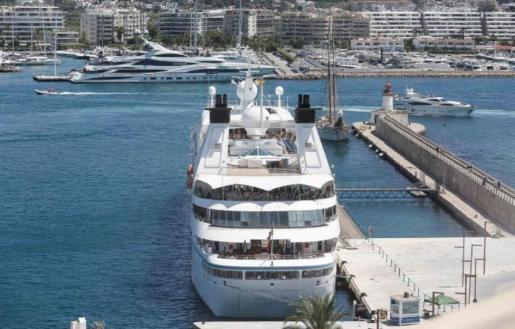 Imagen de la bocana del puerto de Ibiza y una zona de amarre de embarcaciones de recreo.