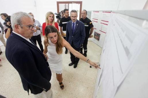 Vicent Torres, presidente del Consell y Manuel Gimeno, general adjunto de la UME, observan el pasado mes de septiembre los planos del futuro edificio.
