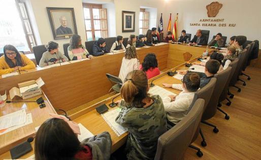 Alumnos y alumnas de los principales colegios e institutos públicos de Santa Eulària llenaron el salón de plenos del Ayuntamiento.