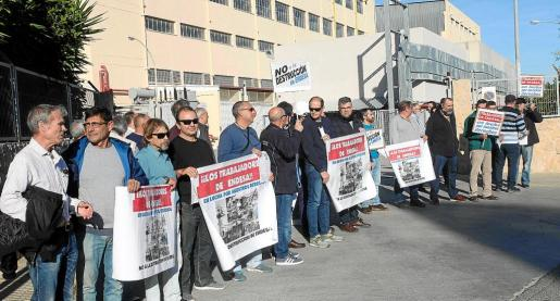 Medio centenar de trabajadores se concentraron a las puertas de la central eléctrica.