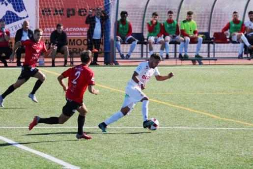 Terán, del CD Ibiza, conduce el balón en una acción del partido.