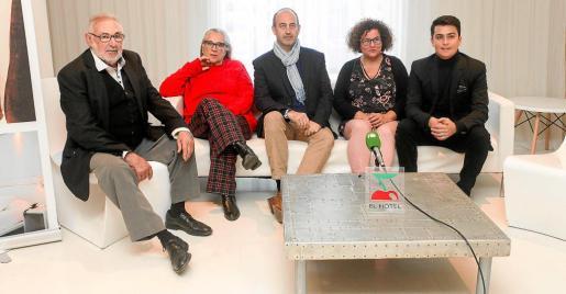 De izquierda a derecha, Antonio Sánchez de Magna Pityusa, Alba Pau, Rafael Harillo, director de la obra social de Pacha, Carmen Boned y el mago Luca Di Giacomo.