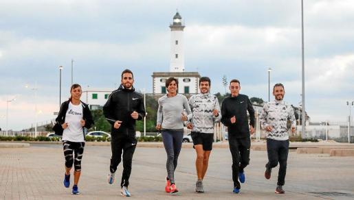 Azucena Díaz, Sebas Martos, Nuria Fernández, Yago Rojo, David Palacios y Carles Castillejo, ayer en la estación marítima de Botafoc.
