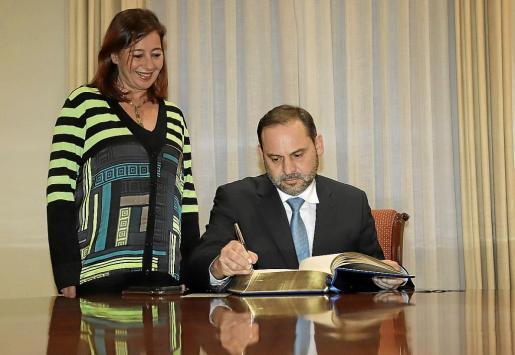 El ministro de Fomento, José Luis Ábalos, firmó ayer en el libro de honor de la CAIB en presencia de Francina Armengol. Hoy estará de descanso por Mallorca y el domingo tendrá un acto de partido en Palma y otro en Eivissa.