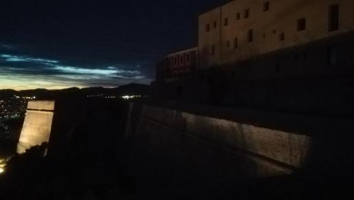 Imagen de Dalt Vila sin iluminación por la noche.