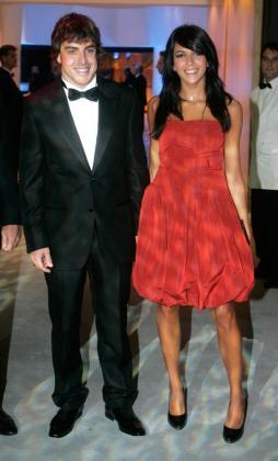 Foto de archivo del piloto de Formula Uno Fernando Alonso junto Raquel Del Rosario.