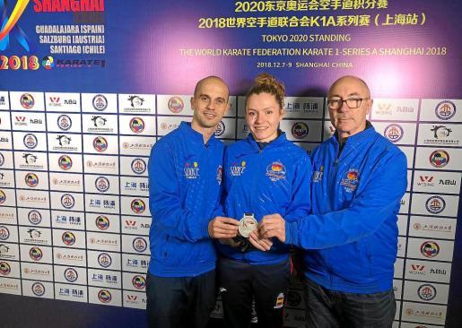 Daniel Pérez, Cristina Ferrer y Fernando Pérez posan con la medalla ayer en China.