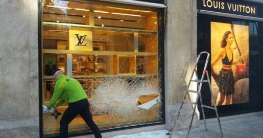 Los asaltantes intentaron romper a mazazos el escaparate de Louis Vuitton en Valencia.