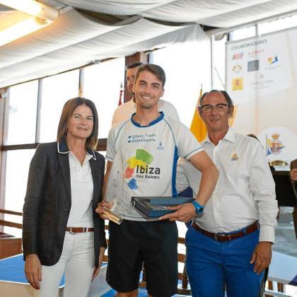 Carlos Roselló, en el centro de la imagen, posa con sus premios tras el Campeonato de España de la clase Láser Standard.