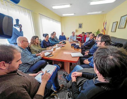 Representantes del Consell, Vila, Cáritas, Cruz Roja, Guardia Civil y Policía Nacional en la reunión de ayer.
