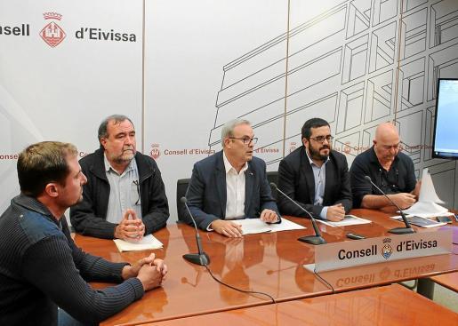 Representantes del Govern balear, el Consell d'Eivissa y la Cofradía de Pescadores, durante la rueda de prensa de ayer.